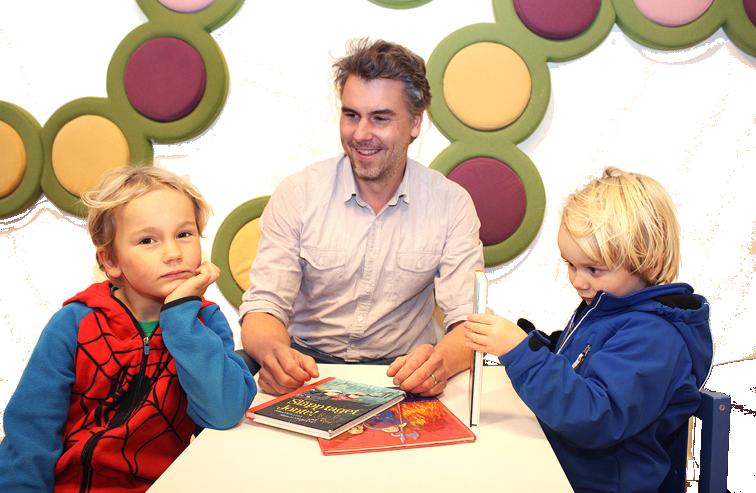 Johan på bibblan med två trogna läsare