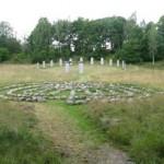 Entrén till de sjungande stenarna går via en väldig granitportal. Foto: Johan Eriksson.
